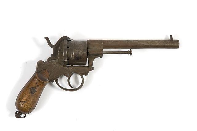 Revolver, à broche. 6 coups, calibre 12mm. Canon rond. Carcasse évidée. Détente sous pontet. Plaquettes de crosse en noyer...
