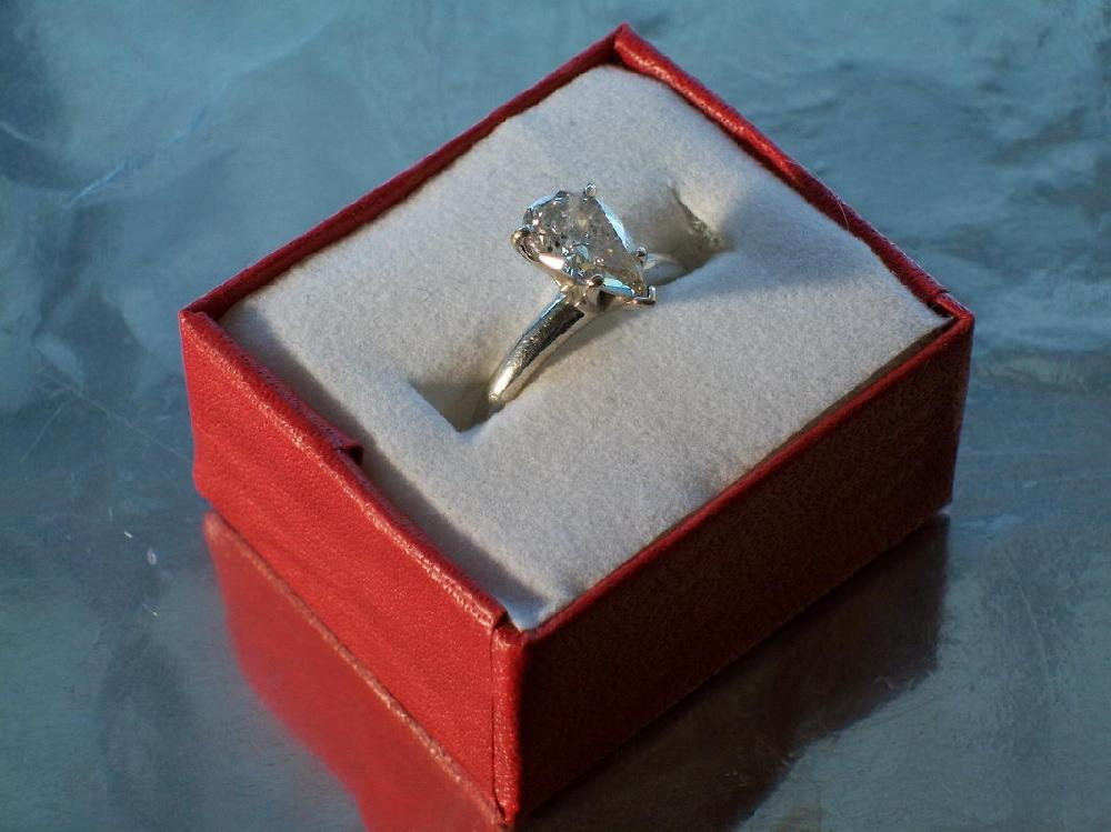 GREAT 1.45 CARAT PEAR-SHAPED DIAMOND SOLITAIRE IN 14 K SETTING